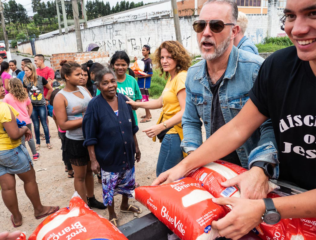 Het team deelt uit in de favela